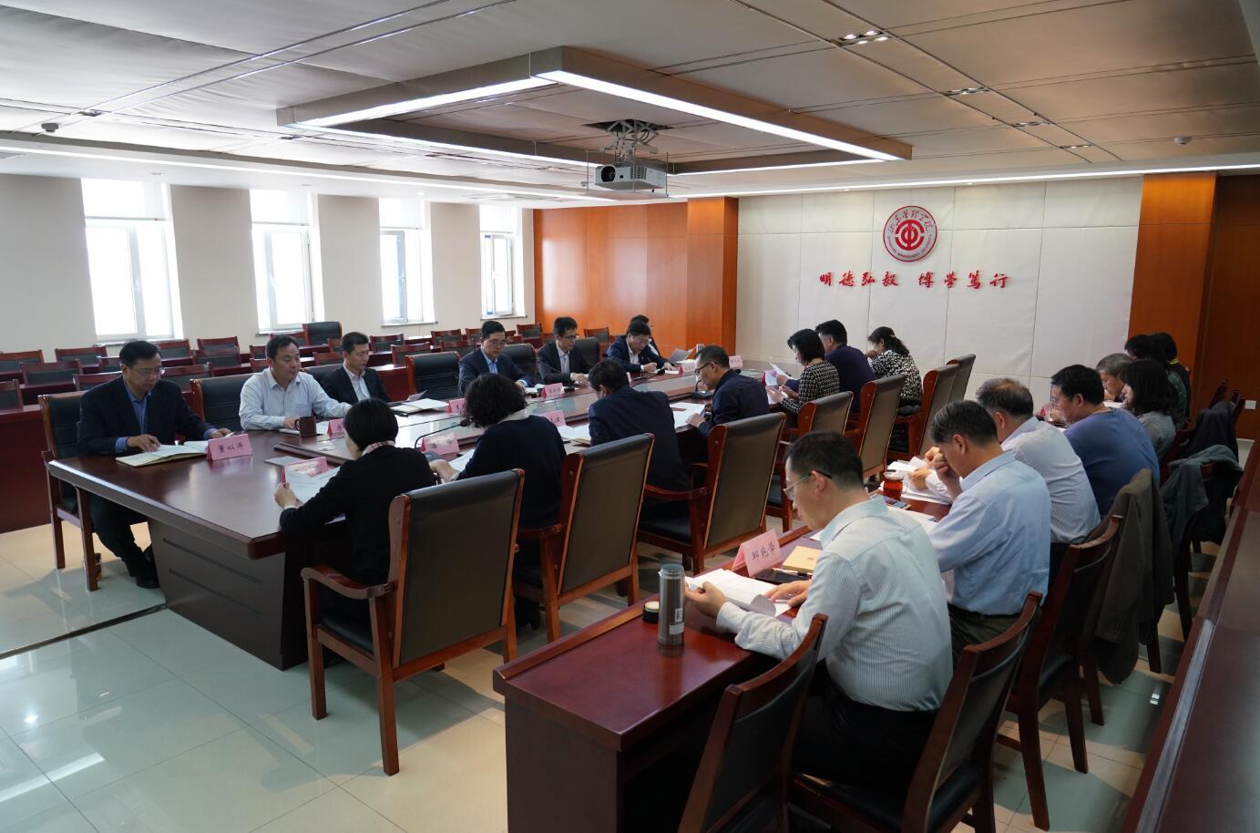 山东钱柜娱乐手机版管理学院党委理论学习中心组举行扩大学习